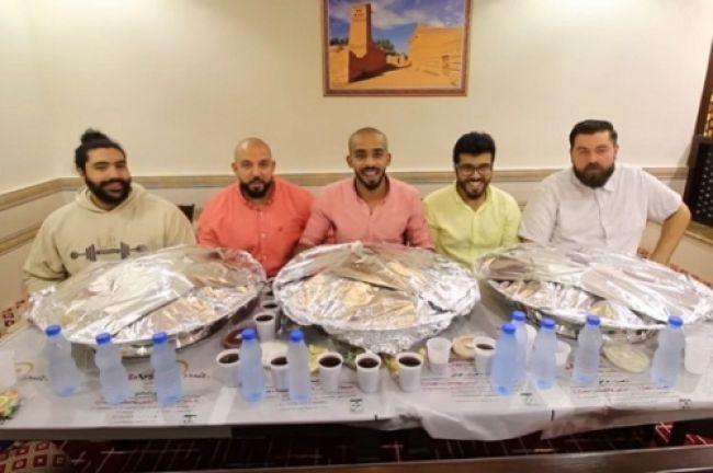 صورة .. خمسة سعوديين اكلوا جملا بالكامل في ساعة واحدة