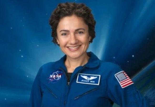 أول رائد فضاء إماراتي في رحلة للفضاء بصحبة رائدة إسرائيلية وعلم إسرائيل